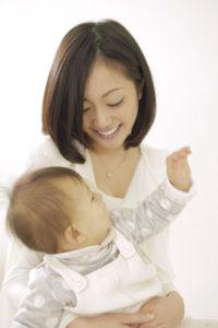 母親の母乳や授乳を通じ腸内細菌の「善玉菌」が増えていきます
