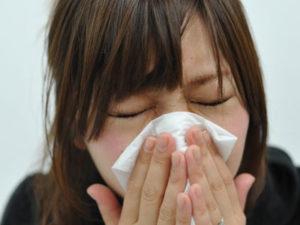 花粉の飛散の多い日には、眼鏡とマスクは欠かせません