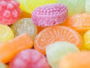 ガムを噛んだり飴をなめることは唾液の分泌を促すことになります