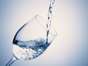 起き掛けにコップー杯の水を飲むことも、腸内のぜん動運動を刺激してくれます