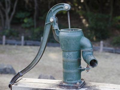 井戸水については大腸菌の有無、マンションなどの受水槽については残留塩素の有無を定期的に検査するよう管理者に指導されております