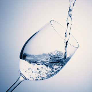 お水を飲むことは唾液の分泌を促します