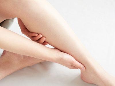 一般に言われる足のむくみの多くはリンパの病気ではなく足の血流が滞って引き起こされる