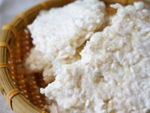 蒸したお米に米麹をブレンドし、お湯・塩を混ぜて作りくられる甘酒もあります