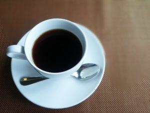 コーヒーや紅茶を飲む際にお砂糖を入れますか?