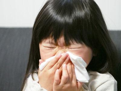 免疫機能が働くことで異物を出そうとしてくしゃみ、鼻水、咳が出たり、鼻づまりや喉の痛みなどの症状を引き起こしているわけです