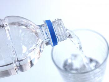 朝、起きてすぐにコップ1杯のお水を飲むことは便秘解消につながります