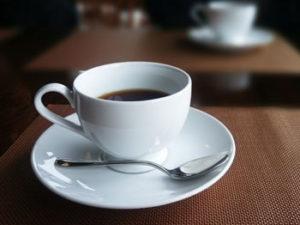 緑茶やコーヒー、紅茶に含まれるカフェインの利尿作用により水分が排出されやすい