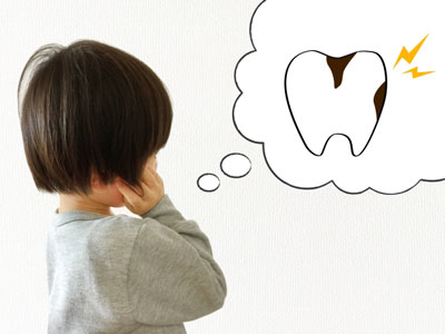子供のころから甘いジュースやスナック菓子、菓子パンなど精製された砂糖を中心とした糖質過多の生活を続けていれば、虫歯は増える一方です