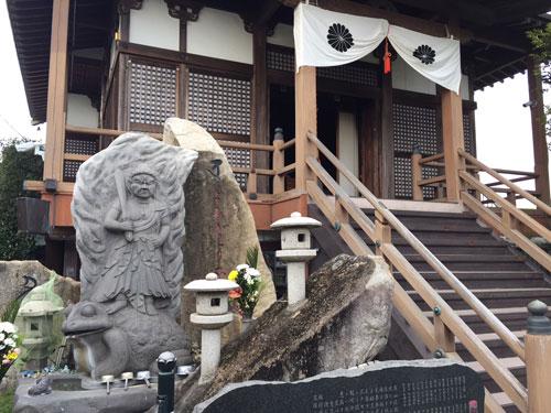 がん封じで有名な唐泉寺の境内