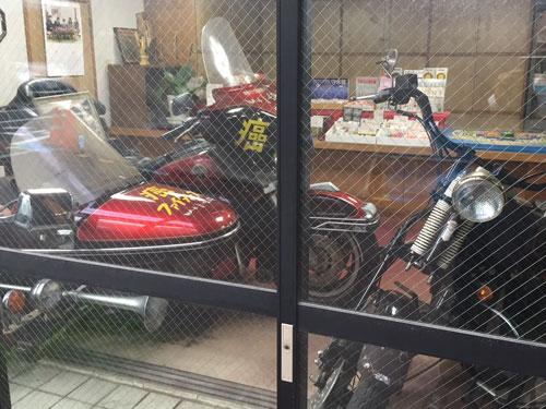 「癌封じ」の文字が掛かれた大型バイク