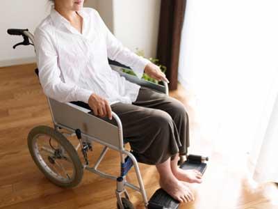 関節リウマチを患ってリハビリテーションに来られている女性