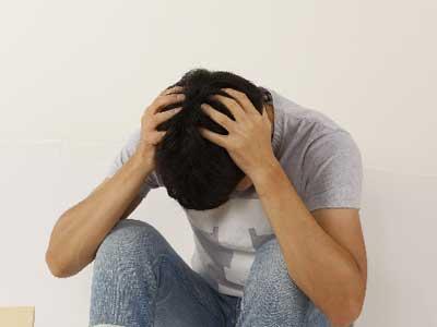 パニック発作とは、パニック障害の中心となる症状で、強烈な不安や恐怖感を伴います